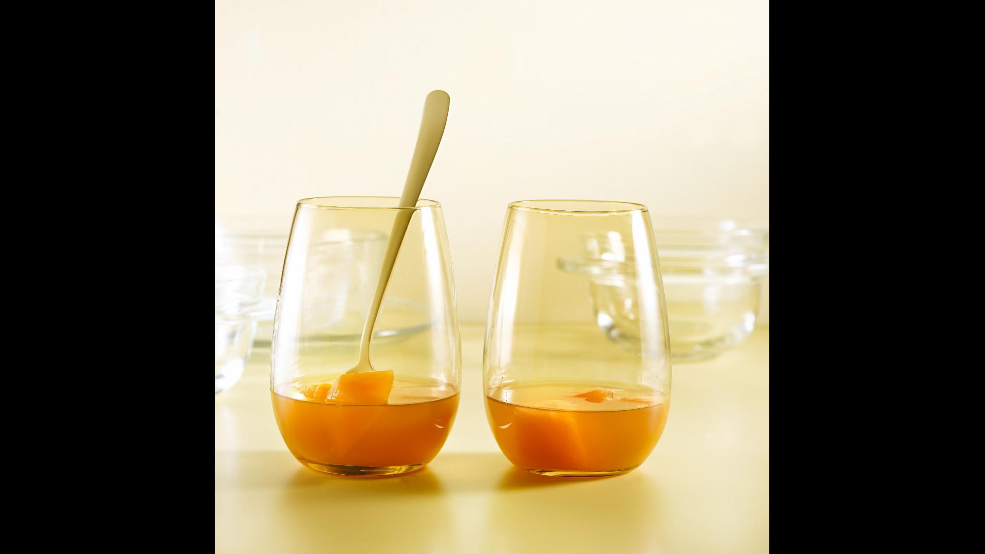 קונסומה מנגו, תפוזים ונענע - מתכון בסיסי של מיכל בוטון | צילום: רונן מנגן | סגנון: עמית פרבר