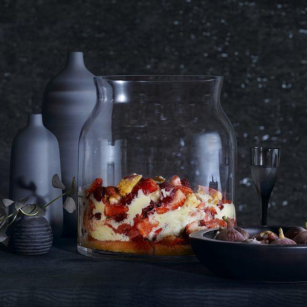 טרייפל תות וזביון שמפניה של מיכל בוטון | צילום: רונן מנגן | סגנון: רותם ניר