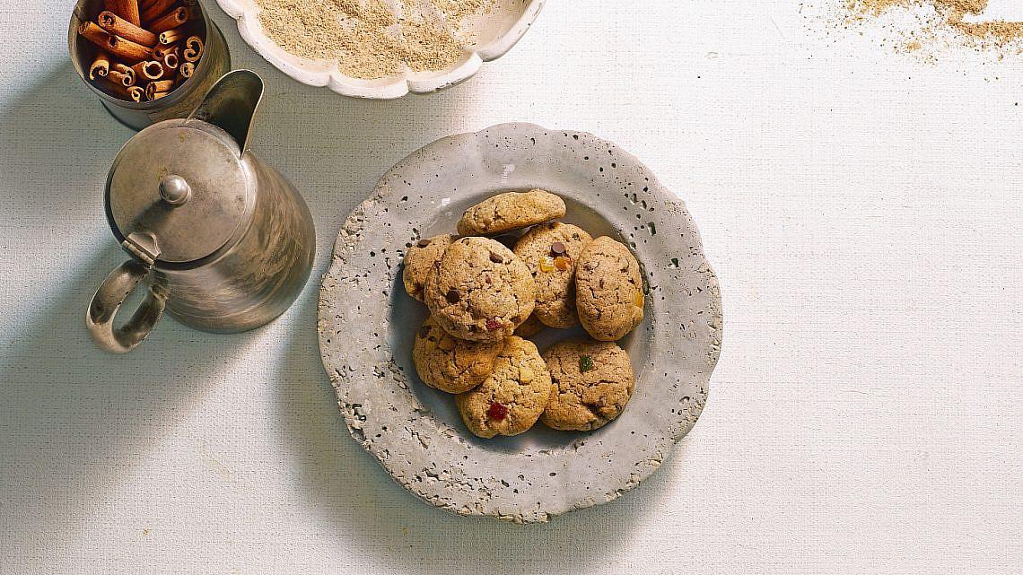 עוגיות חוויאג' ופירות מיובשים של אורלי פלאי-ברונשטיין | צילום: רונן מנגן | סגנון: עמית פרבר