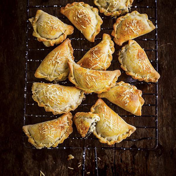 בורקיטס גבינות ומנגולד של אדי מזרחי. צילום: בן יוסטר. סטיילינג: אוריה גבע