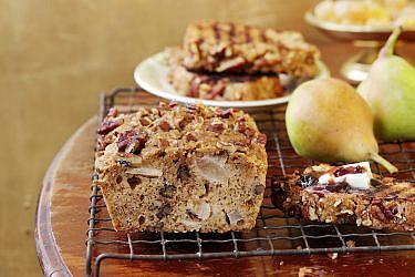 ״עוגת לחם״ מתובלת עם אגסים ופקאנים של נעמה נויהאוז | צילום: דניה ויינר | סגנון: אוריה גבע