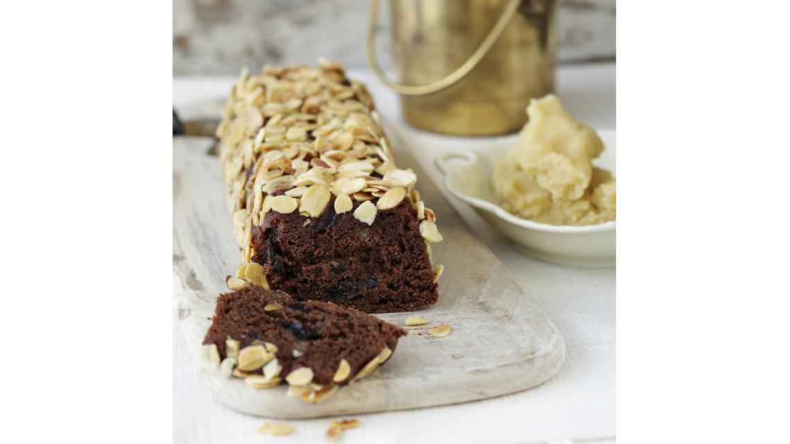 עוגת שוקולד עם שזיפים מיובשים ומרציפן של מיכל מנדלסון   צילום: דניה ויינר   סגנון: אוריה גבע
