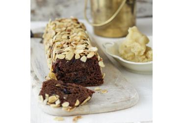 עוגת שוקולד עם שזיפים מיובשים ומרציפן של מיכל מנדלסון | צילום: דניה ויינר | סגנון: אוריה גבע