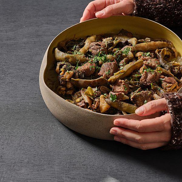 תבשיל בקר, פול ירוק ועלי חובזה של ארז גולקו. צילום: אנטולי מיכאלו. סטיילינג: דינה אוסטרובסקי וירדן יעקובי. כלים: ורד טנדלר דיין