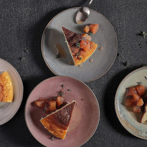 עוגת גבינה של רבקה ויזנפלד. צילום: אנטולי מיכאלו. סטיילינג: דינה אוסטרובסקי וירדן יעקובי. כלים: ורד טנדלר דיין
