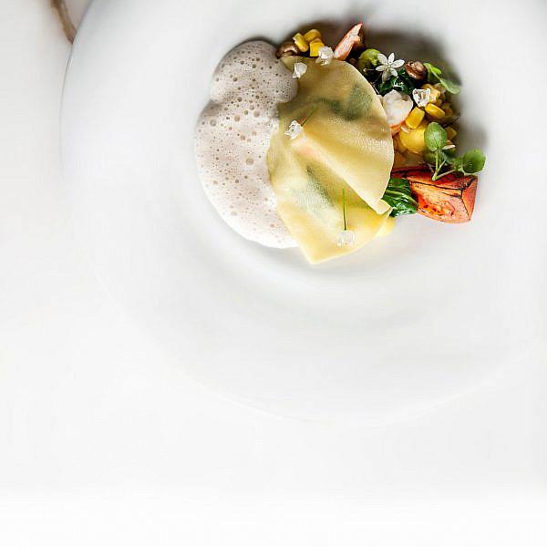 רביולי פתוחים במלית שרימפס, תירס ועגבניות של יוסי שטרית. צילום: דניאל לילה