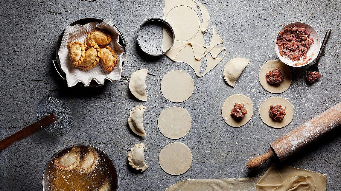 כיסנים מטוגנים מבצק חיטה במילוי עוף וירקות של לילך רווה | צילום: דניאל לילה | סגנון: עמית פרבר
