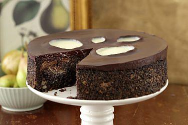 עוגת פרג, שוקולד, פקאנים ואגסים של נעמה נויהאוז | צילום: דניה ויינר | סגנון: אוריה גבע