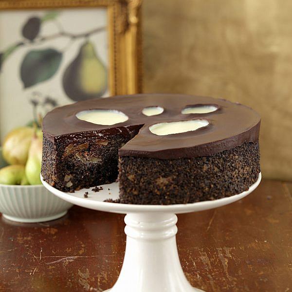 עוגת פרג, שוקולד, פקאנים ואגסים של נעמה נויהאוז   צילום: דניה ויינר   סגנון: אוריה גבע