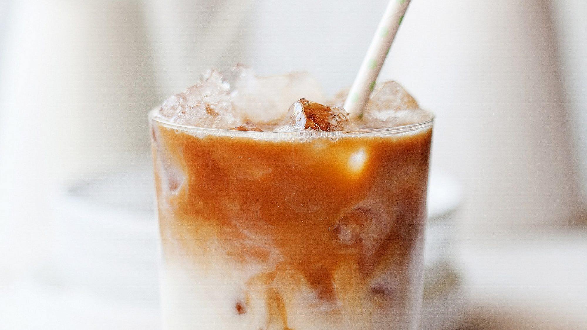 שייק אורז בחלב בניחוח קפה ושקדים של רות אוליבר. צילום: דניאל לילה. סטיילינג: עמית פרבר