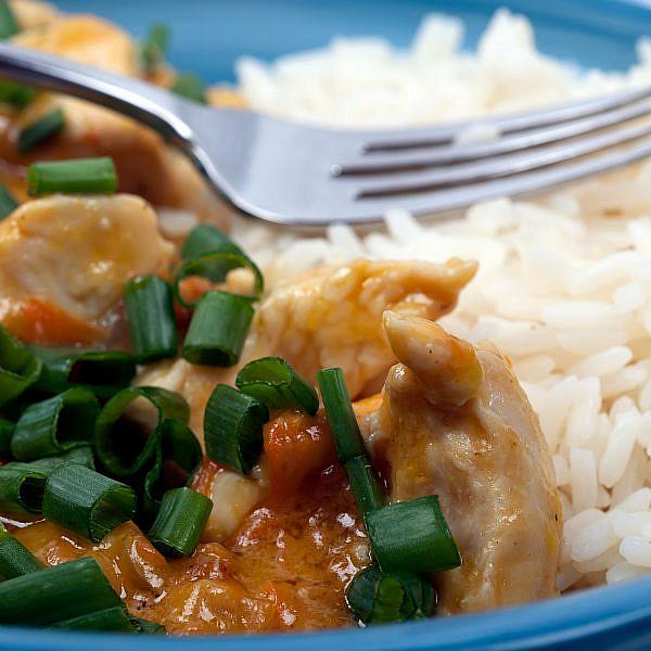 פרגיות ברוטב חמאת בוטנים, חלב קוקוס וצ'ילי. צילום: shutterstock