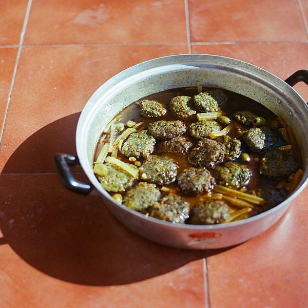 קציצות מנגולד בתבשיל זיתים של של אתי ולינעמת–סוכר. צילום: אלה ברק