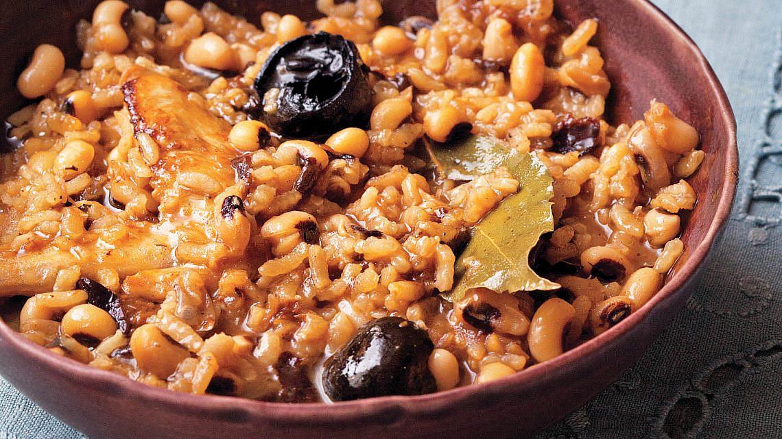 תבשיל עוף עם אורז ולוביה של עינת אדמוני. צילום: קוונטין בייקון