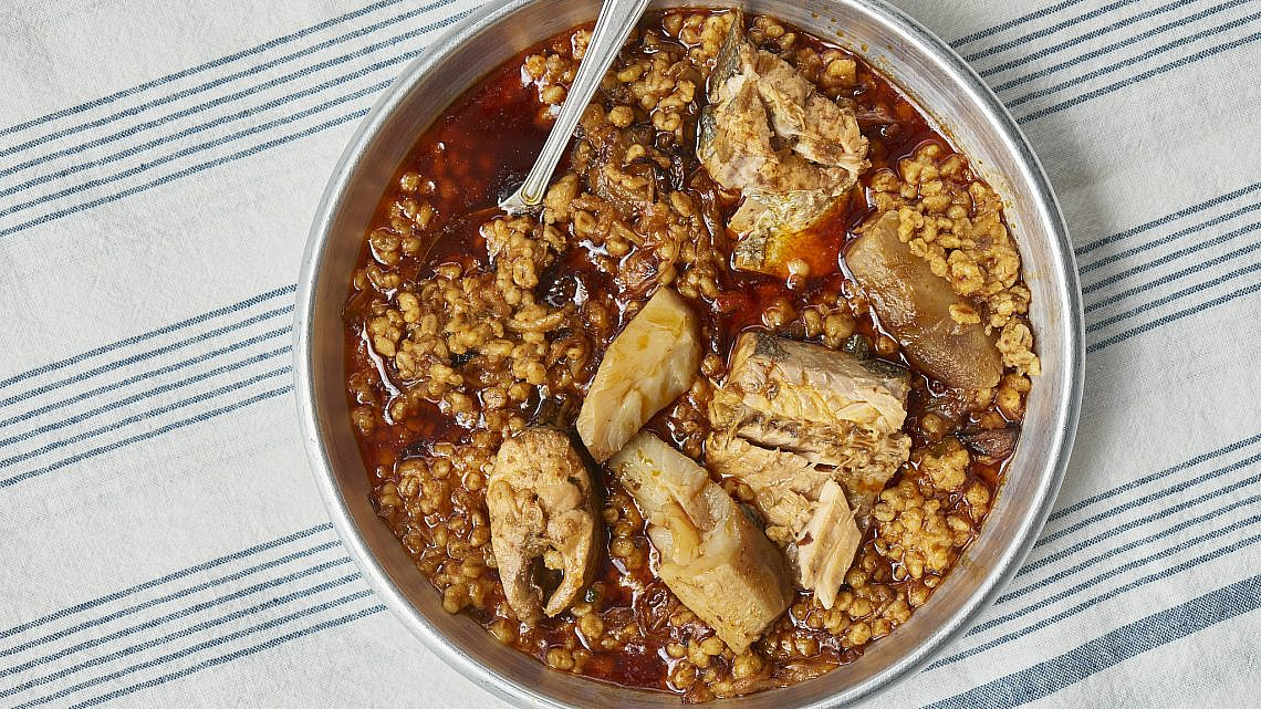 תבשיל דג עם גריסים וארטישוק ירושלמי של רעות עזר. צילום: דור קדמי
