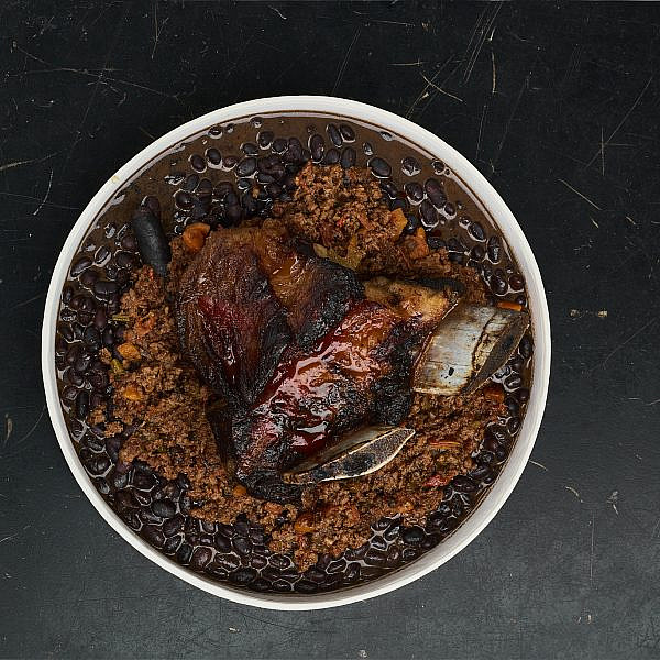 שפונדרה בקר על צ'ילי קון קרנה  של שף יהונתן בורוביץ'. צילום: דור קדמי
