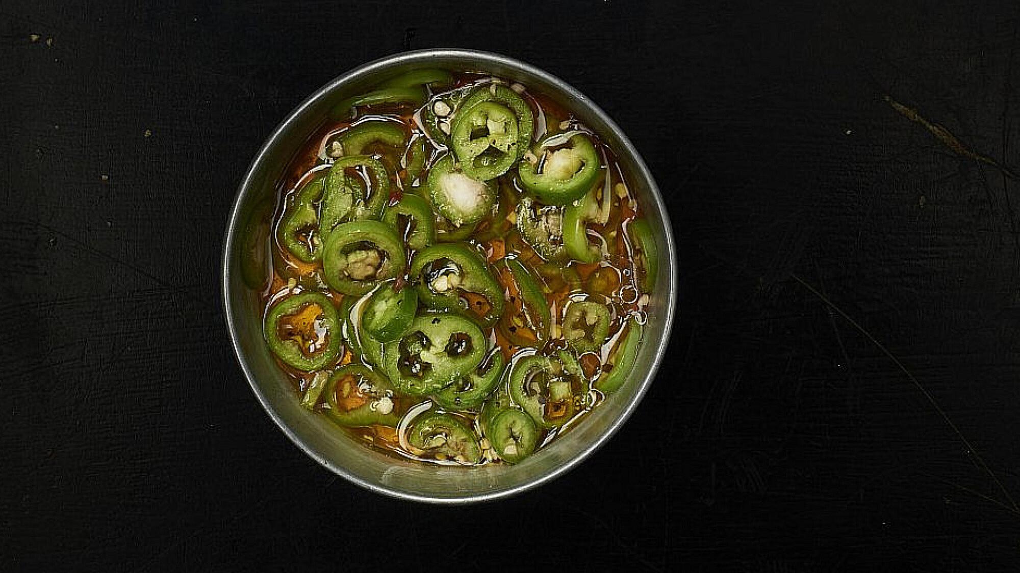 פלפלים ירוקים כבושים של שף יהונתן בורוביץ'. צילום: דור קדמי