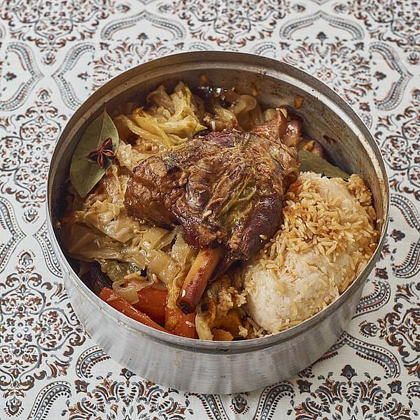 אוסובוקו טלה עם ירקות שורש וכרוב לבן של שף יהונתן בורוביץ'. צילום: דור קדמי