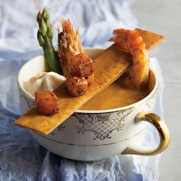 מרק דלעת ושרימפס עם קציפת חמאה שרופה של איתמר נבון. צילום: דן לב | סגנון: דלית רוסו