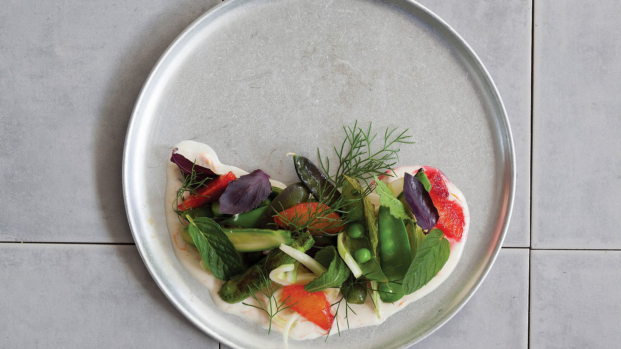 סלט ביכורים של ירקות אביב של טל פייגנבאום. צילום: דן לב | סגנון: דלית רוסו
