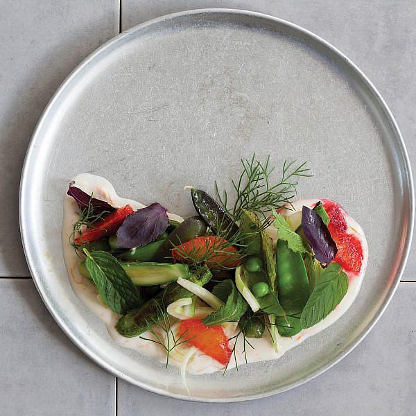 סלט ביכורים של ירקות אביב של טל פייגנבאום. צילום: דן לב   סגנון: דלית רוסו