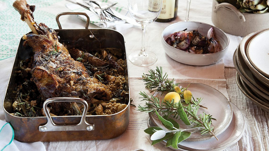 שוק טלה בבישול ארוך עם מנגולד, עשבי בר וקוסקוס בלאדי.  צילום: דן לב | סגנון: דלית רוסו