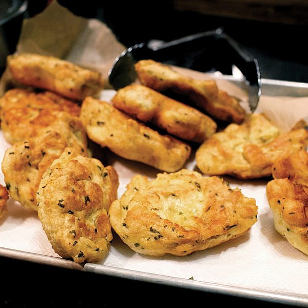 לחם חילבה מטוגן (זלביה)  של עינת אדמוני. צילום: קוונטין בייקון