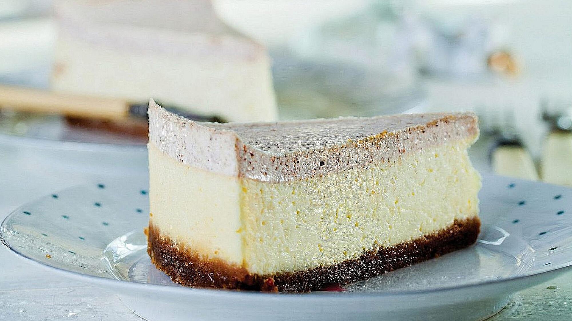 עוגת גבינה עם ציפוי שמנת וקינמון של רות אוליבר | צילום: בועז לביא | סגנון: עמית פרבר