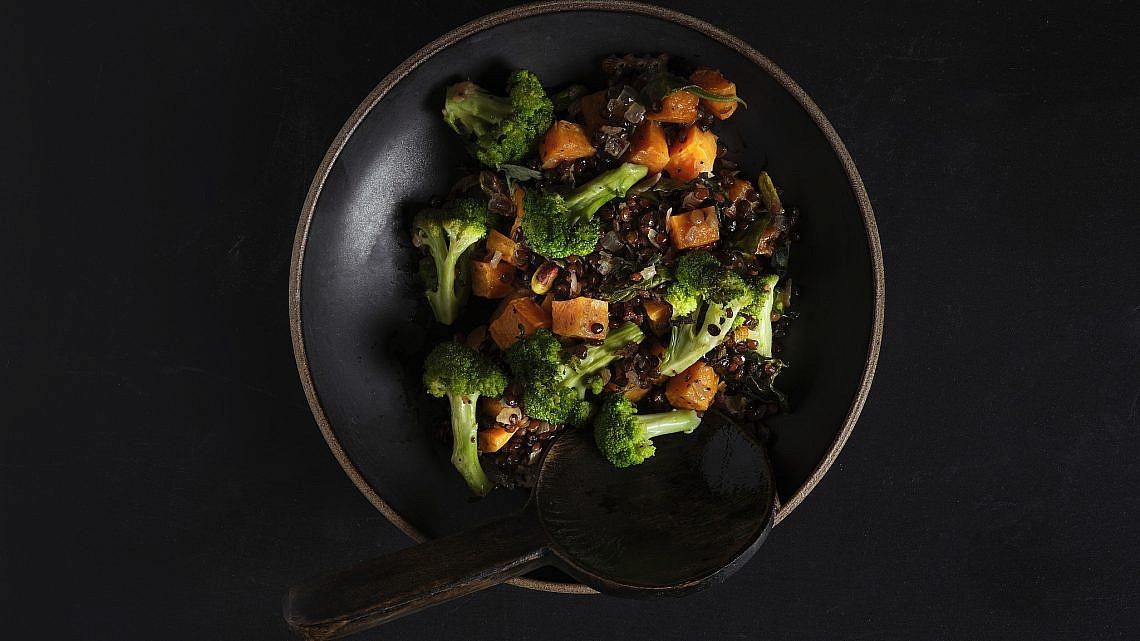 עדשים שחורות עם ירקות צלויים של שף אודי ברקן. צילום: אנטולי מיכאלו. סטיילינג: תמר גוז'ינסקי