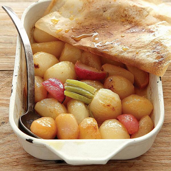 צנוניות, לפת וקולרבי אפויים בחמאה של שף יהונתן בורוביץ'. צילום: דניה ויינר | סגנון: אוריה גבע