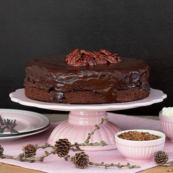 עוגת שוקולד ואגוזים בציפוי פקאנים מלוחים. צילום: shutterstock