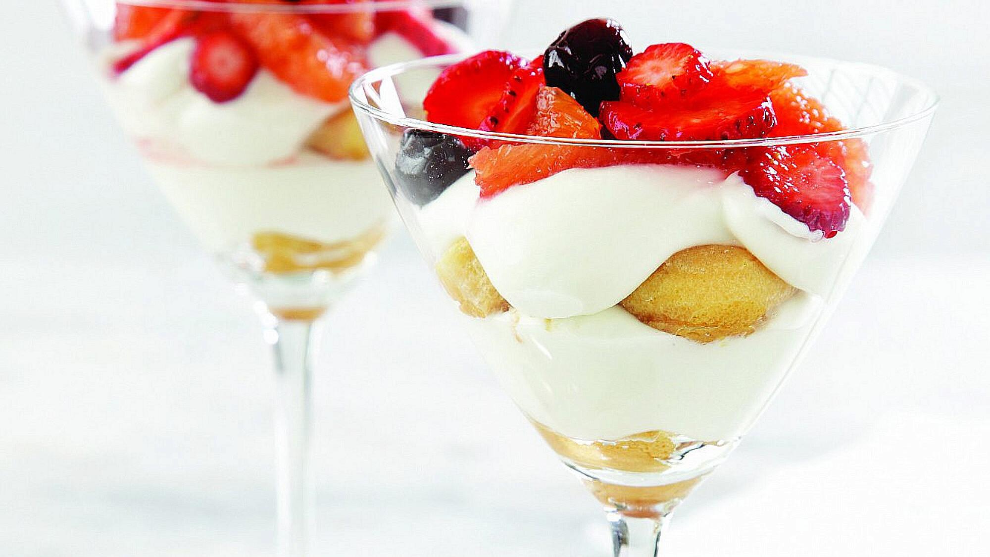 טרייפל גבינה, פירות טריים ודובדבני אמרנה של אורלי פלאי-ברונשטיין | צילום: דניה ויינר | סגנון: אוריה גבע