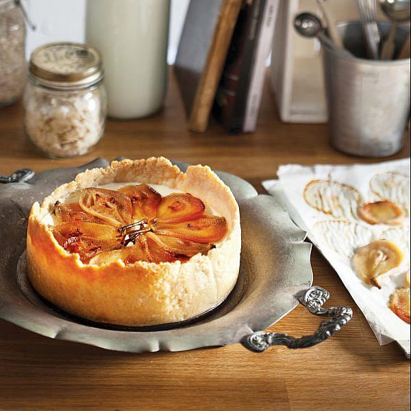 עוגת גבינה ואגסים על בסיס קלתית שקדים. מתכון וסגנון: מיכל מוזס ואיוונה ניצן. צילום: דניאל לילה
