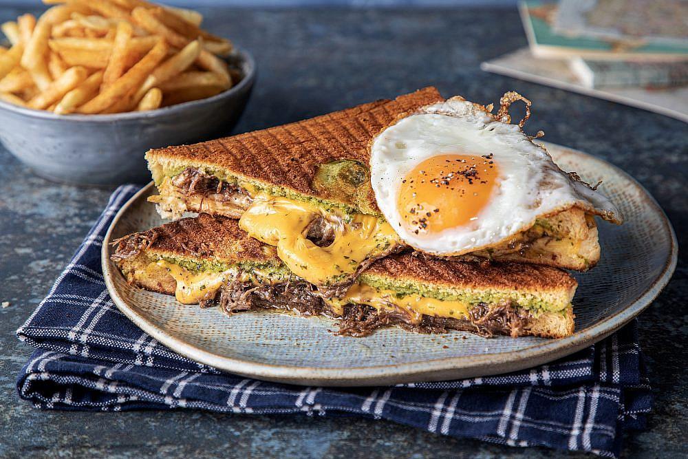 לחובבי הבשר והביצים ארחות בוקר מהעולם בבנדיקט. צילום: שרית גופן. סגנון: ענת לבל – לביא