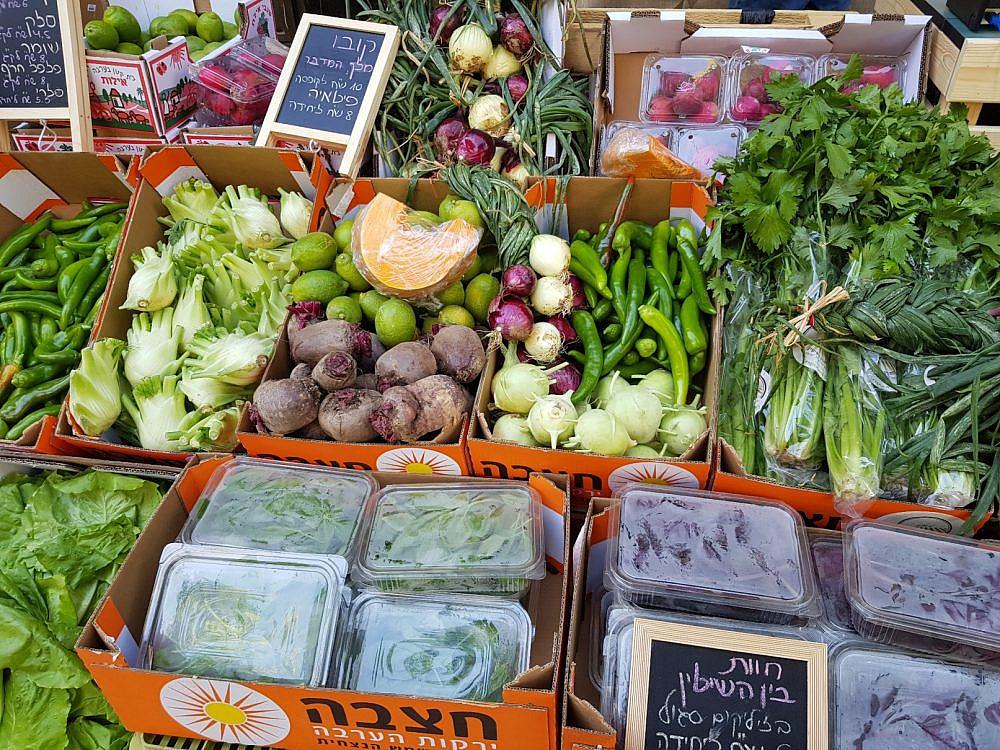 חלק ניכר מהתוצרת החקלאית מגיע מכאן שוק האיכרים בקיבוץ אילות. צילום: ליטל שמואלי