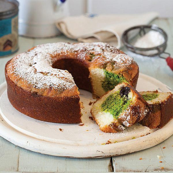 עוגת שיש פיסטוק ודובדבנים של רות אוליבר. צילום: דניאל לילה. סטיילינג: דיאנה לינדר