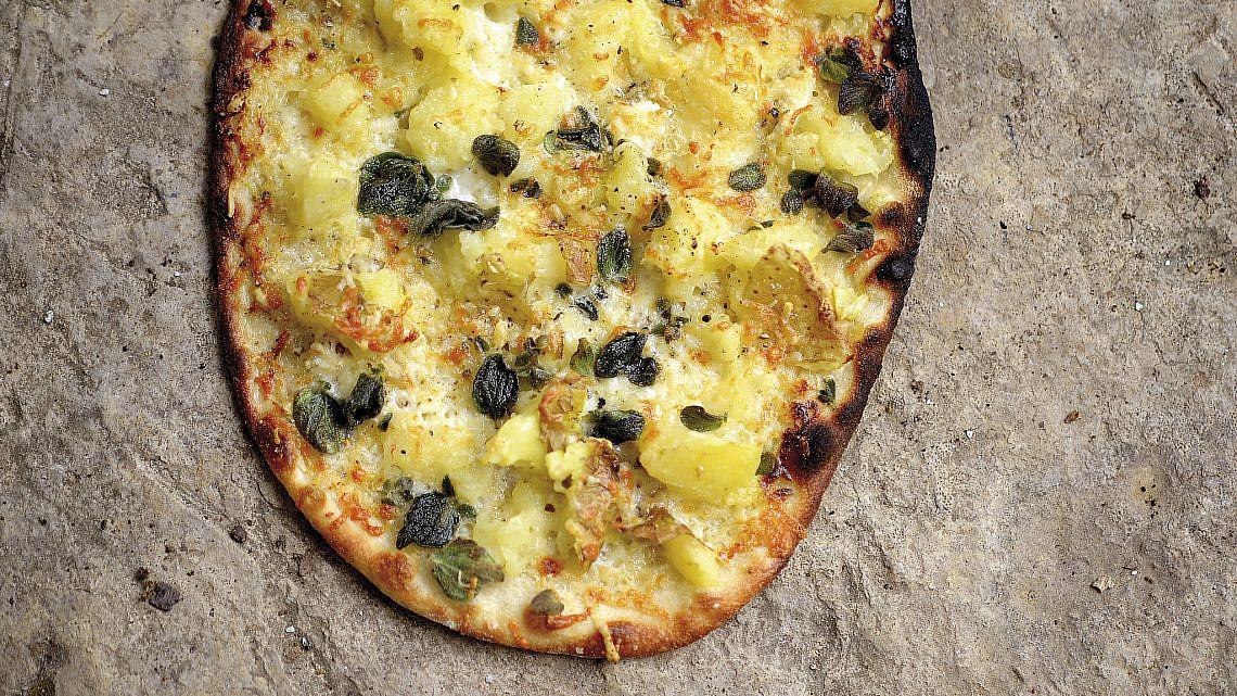 פיצה תפוחי אדמה ופקורינו של ארז קומרובסקי. צילום: רן בירן