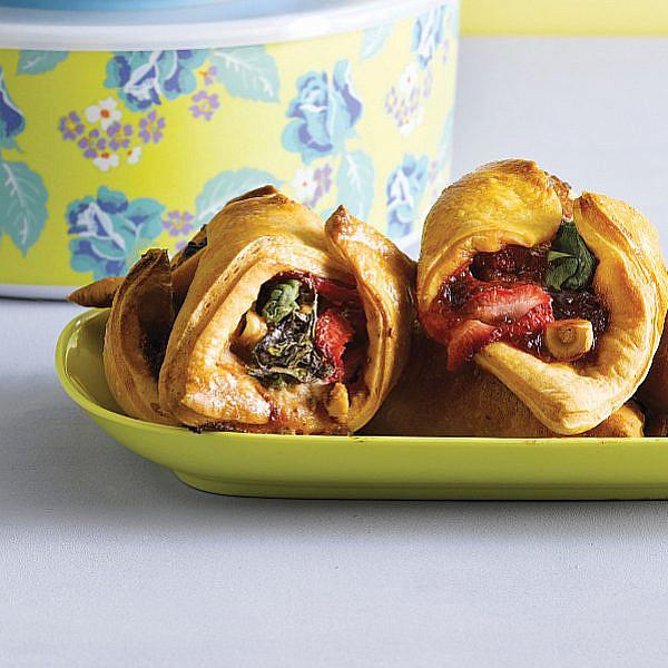 מאפי גבינה כחולה עם תרד, תותים ואגוזי לוז של אורלי פלאי-ברונשטיין | צילום: רונן מנגן | סגנון: רותם ניר