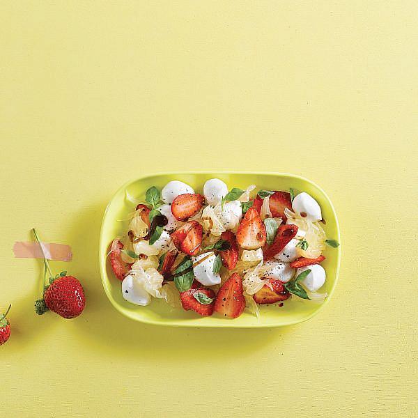 קפרזה תות, פומלה ומוצרלה עם בלסמי-תות של אורלי פלאי-ברונשטיין | צילום: רונן מנגן | סגנון: רותם ניר