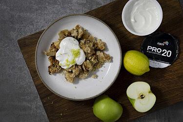 קראמבל תפוחים עם רוטב יוגורט וניל של ניסן דוידוב. צילום: דן לב, סגנון: דיאנה לינדר