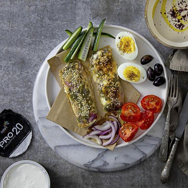 בורקס דפי אורז במילוי תרד, יוגורט וגבינה של אליסיה קרמנב. צילום: דן לב, סגנון: דיאנה לינדר