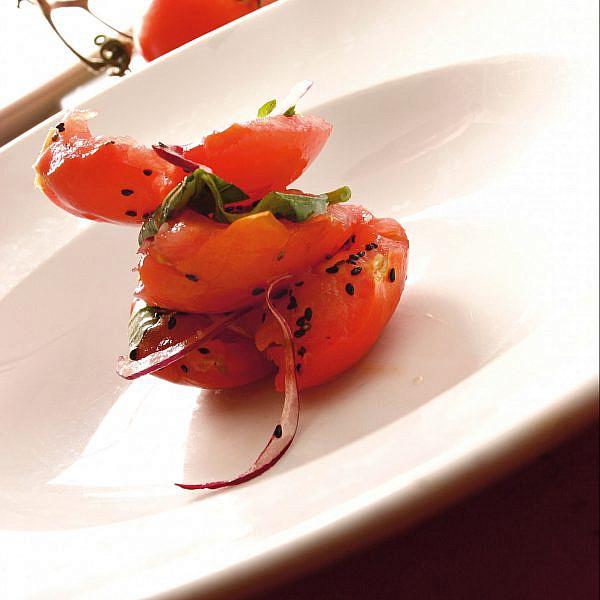 סלט עגבניות קיץ של ארז קומרובסקי. צילום: ריאן