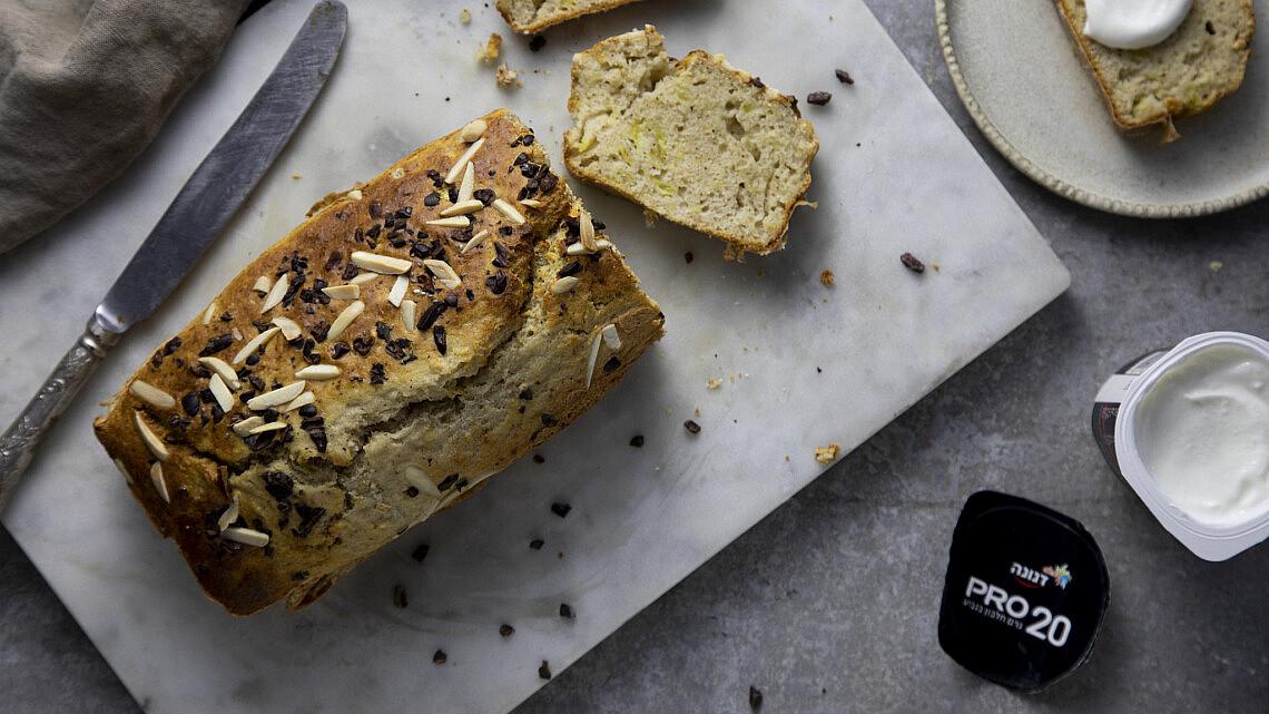 לחם יוגורט-בננה ללא גלוטן של נאור וילנר. צילום: דן לב, סגנון: דיאנה לינדר
