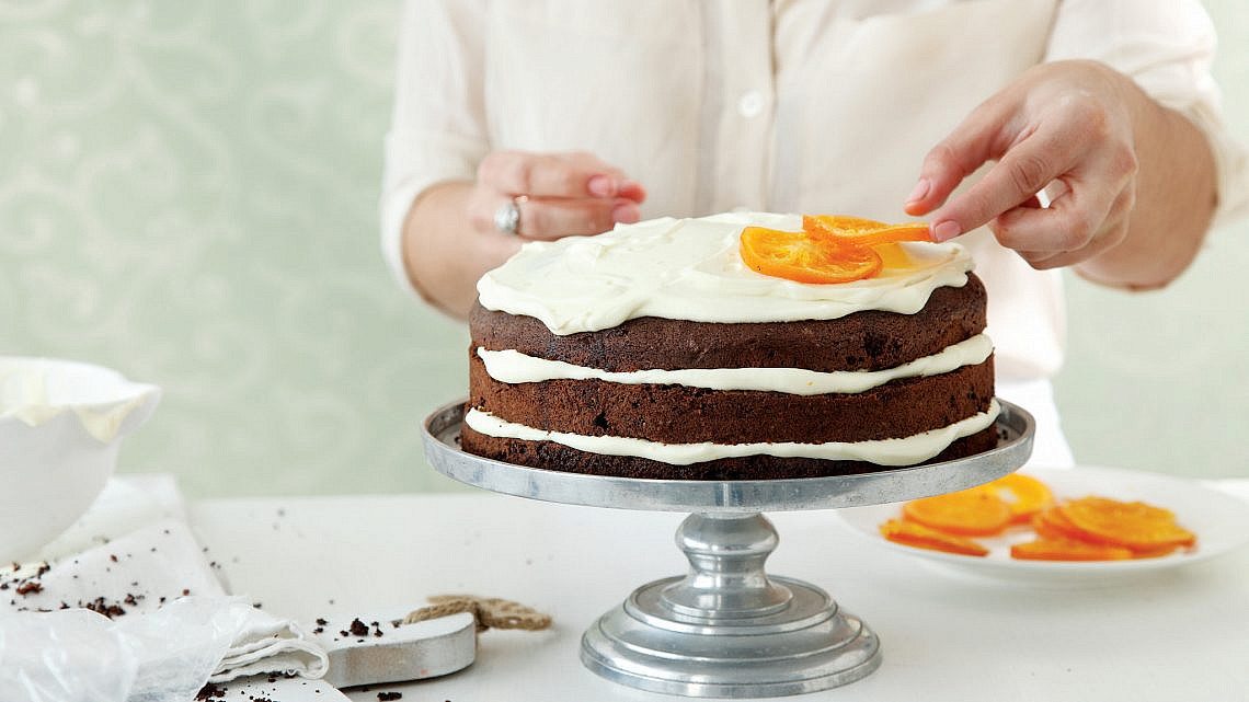עוגת שכבות שוקולד עם פטיסייר תפוזים של חן שוקרון. צילום: דניה ויינר. סטיילינג: דיאנה לינדר
