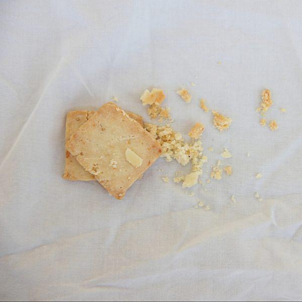 עוגיות קשקבל, זרעי חרדל ושקדים פרוסים של נעמה נויהאוז. צילום: טל חבר