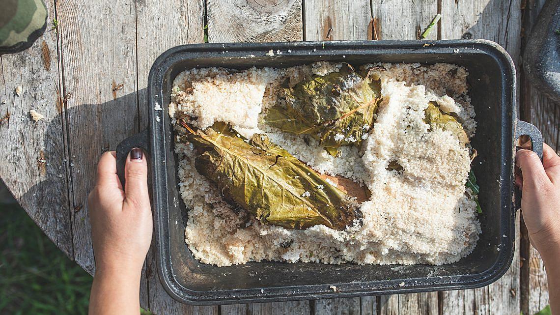 ירקות אפוייה במלח גס עם פסטו עשבים של רינת צדוק. צילום: שני בריל