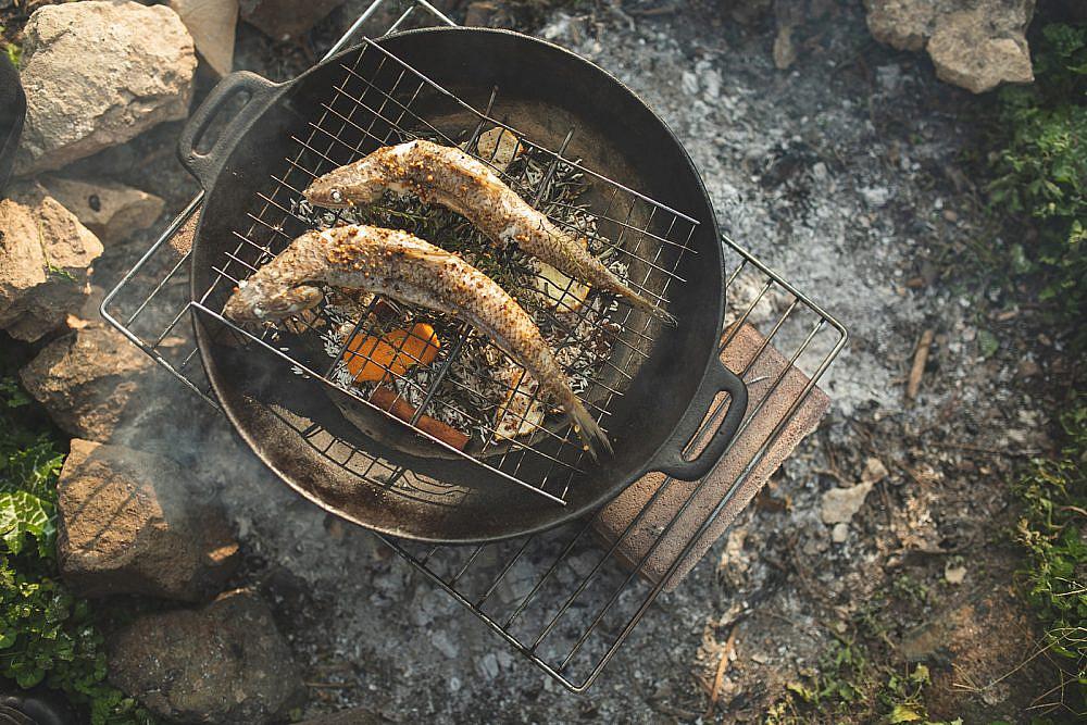 דגים מעושנים באורז ועלי תה של רינת צדוק, לירון גרינברג ונועה לוי. צילום: שני בריל
