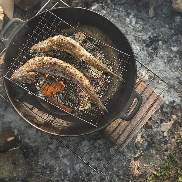 דגים מעושנים באורז ועלי תה של רינת צדוק. צילום: שני בריל