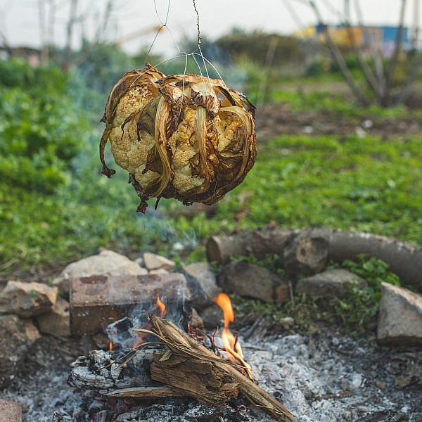 כרובית בתבלינים צלוי על האש של רינת צדוק, לירון גרינברג ונועה לוי. צילום: שני בריל