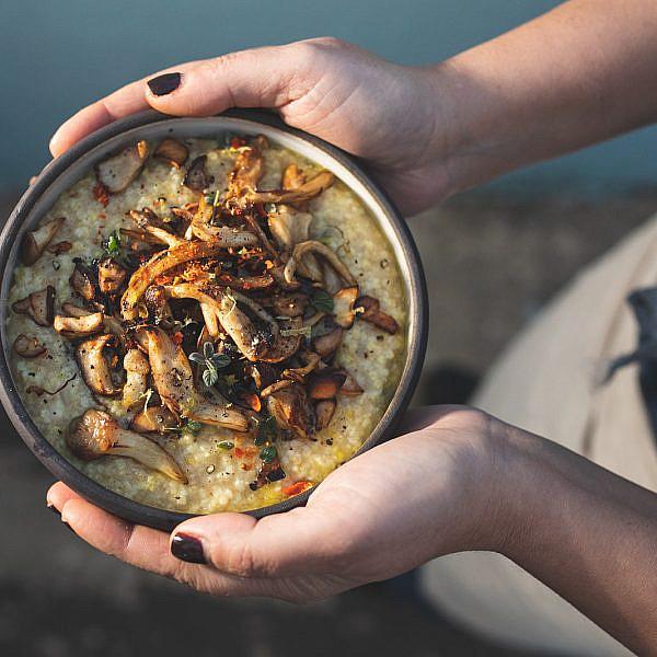 דייסת דוחן ופטריות מעושנות של רינת צדוק. צילום: שני בריל
