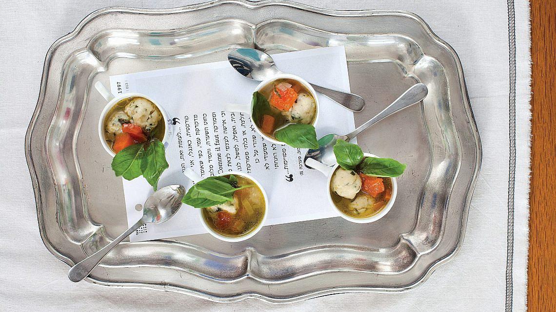 מרק ירקות עשיר עם כופתאות גבינת עיזים של עינב ברמן. צילום: דניאל לילה. סטיילינג: טליה אסיף